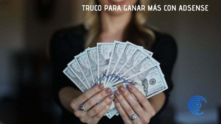 Mujer enseñanod un fajo de billetes de dolar