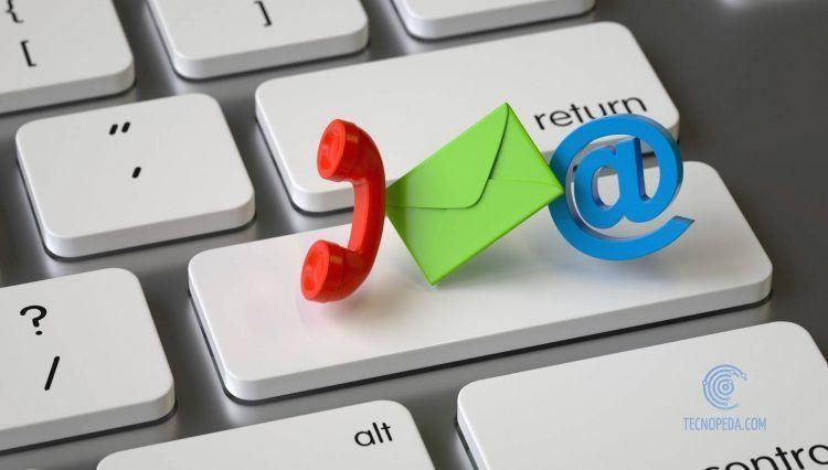Iconos de teléfono, email y arroba sobre un teclado