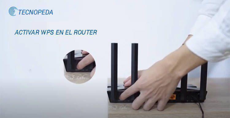 Fotografía donde se ve la mano de una mujer activando el WPS en un router tp-link