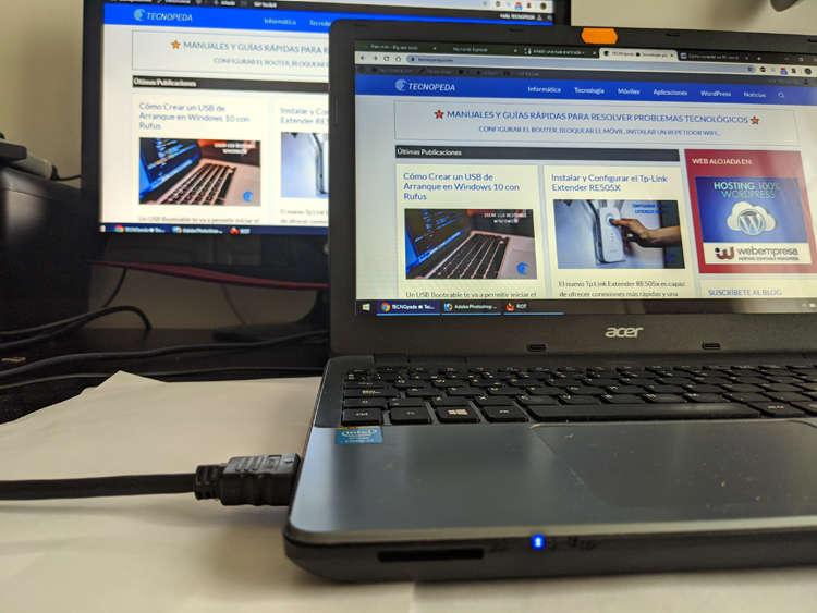 Ordenador portátil conectado por HDMI a una televisión para enviar contenidos