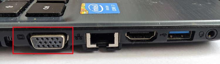 Lateral del portátil donde se puede ver la conexión VGA junto con las otras conexiones.