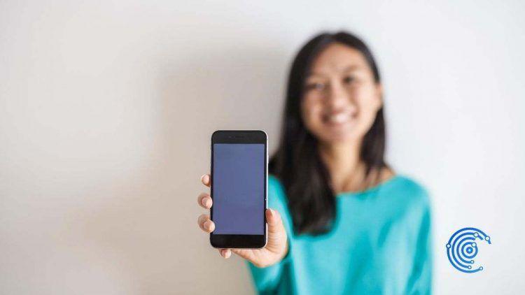 Mujer mostrando un móvil nuevo