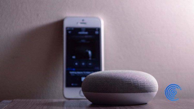 Altavoz inteligente de Google con un móvil