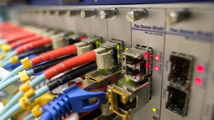 Imagen de cables de red conectados a una centralita