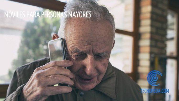 Persona mayor hablando por el móvil