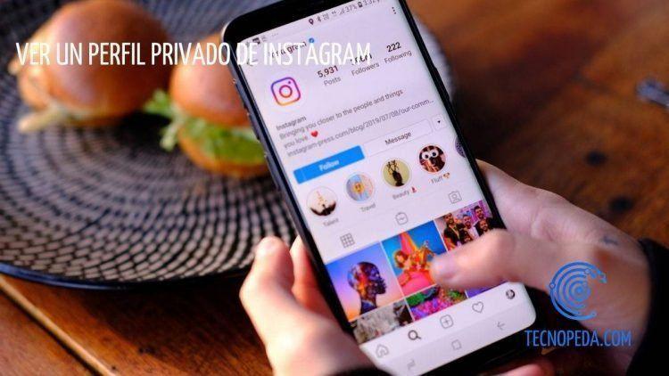 Persona utilizando la app de Instagram