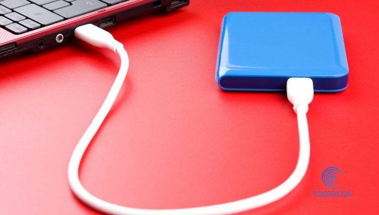 Disco Duro conectado a un ordenador sobre mesa roja