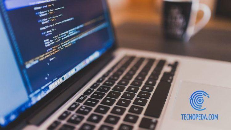 Portátil con código web en la pantalla