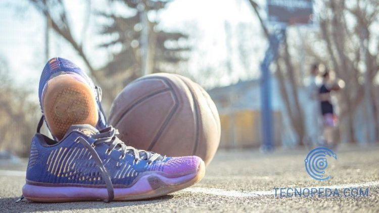 Zapatilla y balón de baloncesto en una pista deportiva