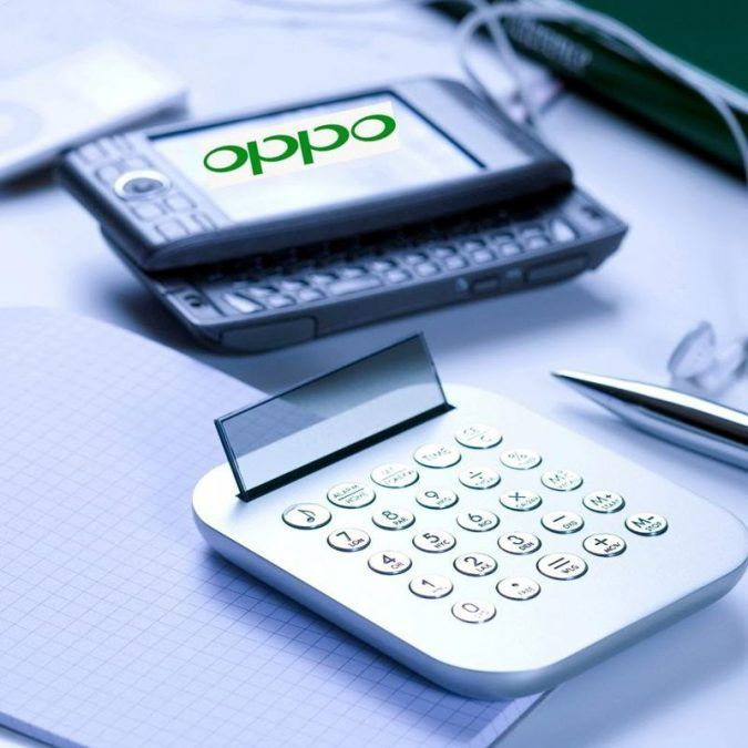 Oppo Smartphone junto a una calculadora sobre un cuaderno