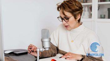 Mujer grabando en voz un texto que está leyendo