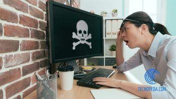 Mujer preocupada por un virus en el ordenador